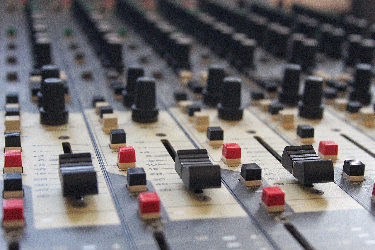 identità musica tra i servizi alle radio