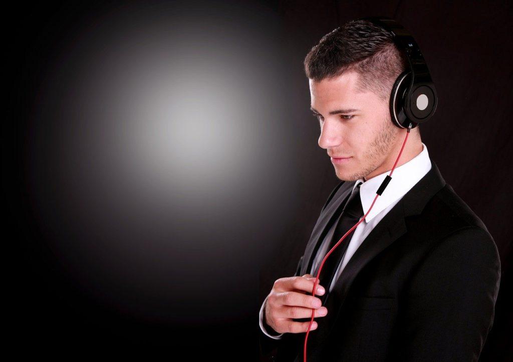 consulente radiofonico mentre fa consulenza artistica tra i servizi alle radio