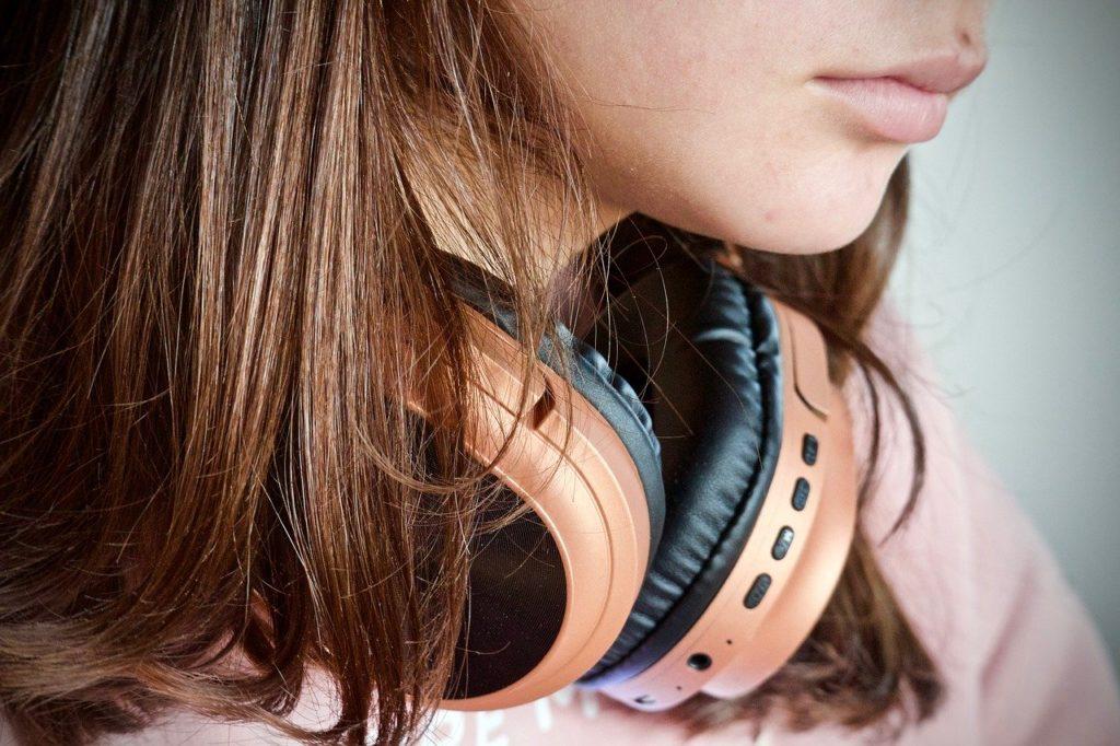 giovani e ascoltare la radio
