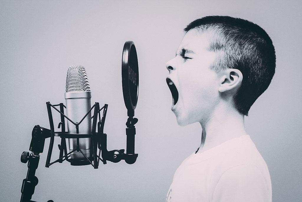 Bambino urla al microfono